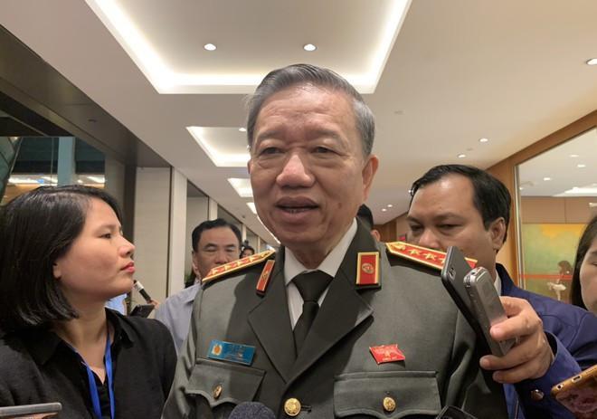 Đại tướng Tô Lâm - Bộ trưởng Công an trao đổi với báo chí bên hành lang Quốc hội sáng nay.