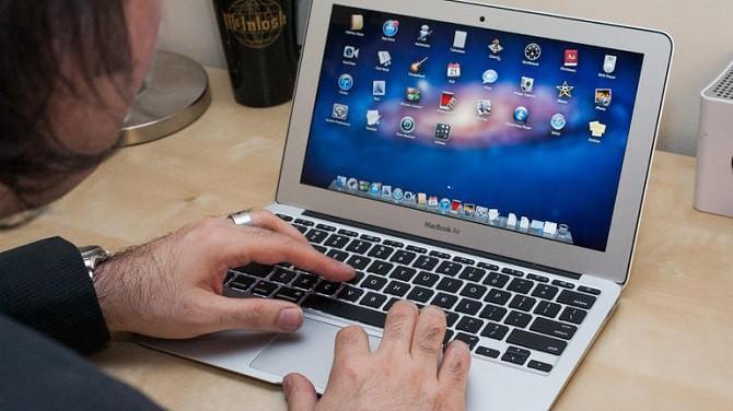Macbook Pro 15 inch sản xuất và tiêu thụ từ tháng 9/2015 đến tháng 2/2017 nếu đã được thay pin hoặc tắt nguồn vẫn được xách lên máy bay. Ảnh minh họa.