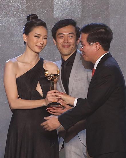 """Từ trái qua: diễn viên Ngô Thanh Vân, đạo diễn Leon Lê nhận giải Bông Sen Vàng cho phim """"Song Lang""""."""