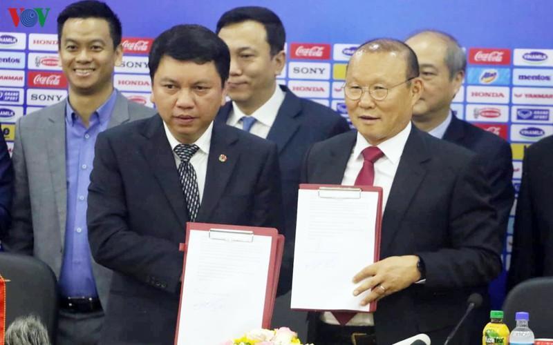 HLV Park Hang Seo và VFF tiến hành ký kết hợp đồng. Ảnh: VOV