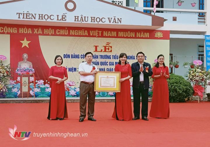 Lãnh đạo huyện trao Bằng công nhận đạt chuẩn Quốc gia cấp độ 2 cho nhà trường.