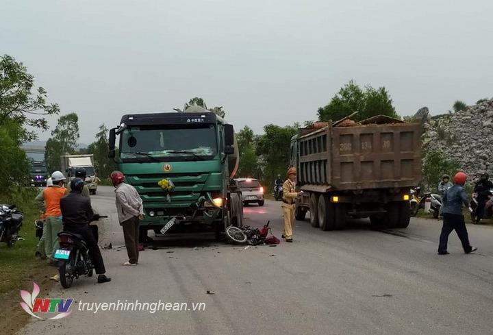 Lực lượng chức năng điều tiết giao thông, bảo vệ hiện trường vụ tai nạn.