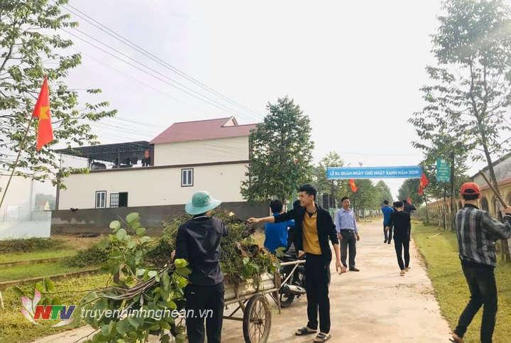 Đoàn viên thanh niên xã Ngĩa Đồng ra quân quét dọn trục đường chính.