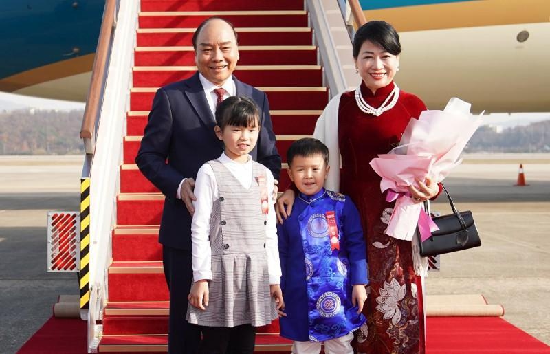 Hai em thiếu nhi Hàn Quốc tặng hoa Thủ tướng và Phu nhân tại sân bay.