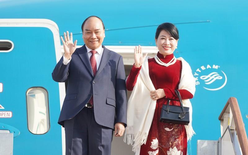 Khoảng 14h chiều nay, chuyên cơ chở Thủ tướng Nguyễn Xuân Phúc và Phu nhân dẫn đầu đoàn cấp cao Việt Nam đã đến sân bay quân sự Seoul.