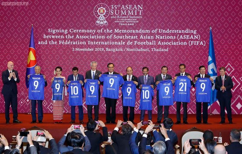 Quang cảnh lễ ký Bản ghi nhớ hợp tác giữa ASEAN và FIFA.