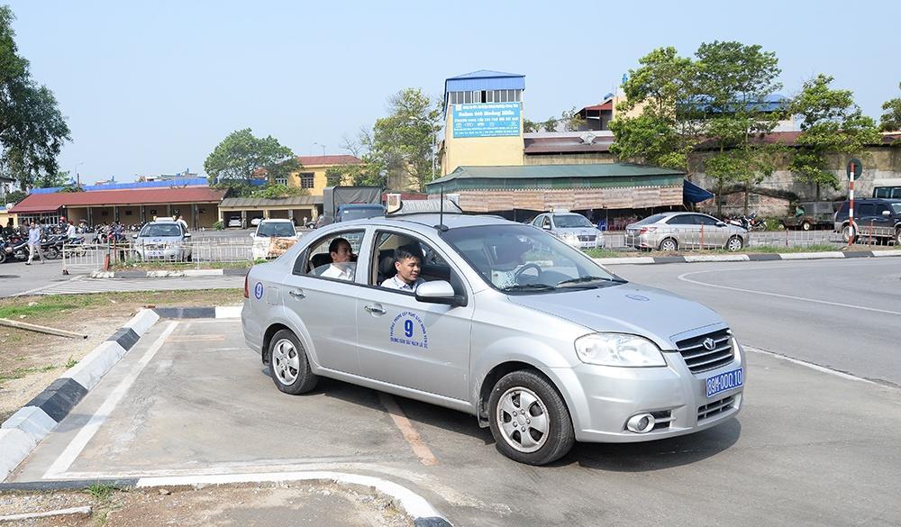 Giáo viên hướng dẫn học viên kỹ thuật điều khiển xe trên sa hình.