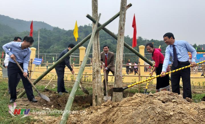 Các đại biểu trồng cây lưu niệm tại bản Coọc.