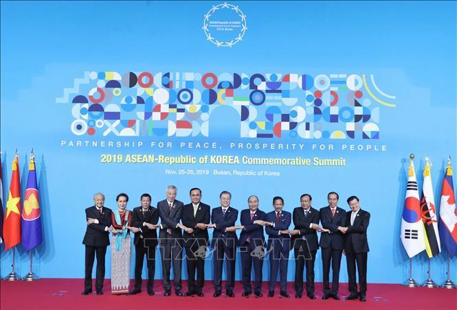 Thủ tướng Nguyễn Xuân Phúc, Tổng thống Hàn Quốc Moon Jae-in và các trưởng đoàn tham dự hội nghị chụp ảnh chung theo phong cách truyền thống của ASEAN.