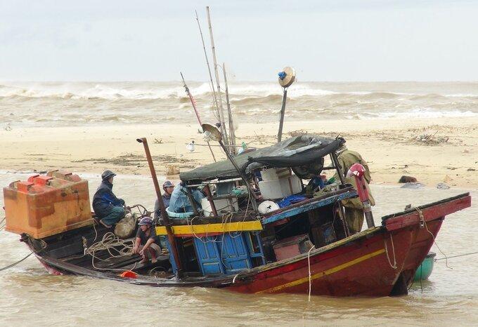 Tàu cá ở xã nhân Trạch bị chìm sau bão Vamco.
