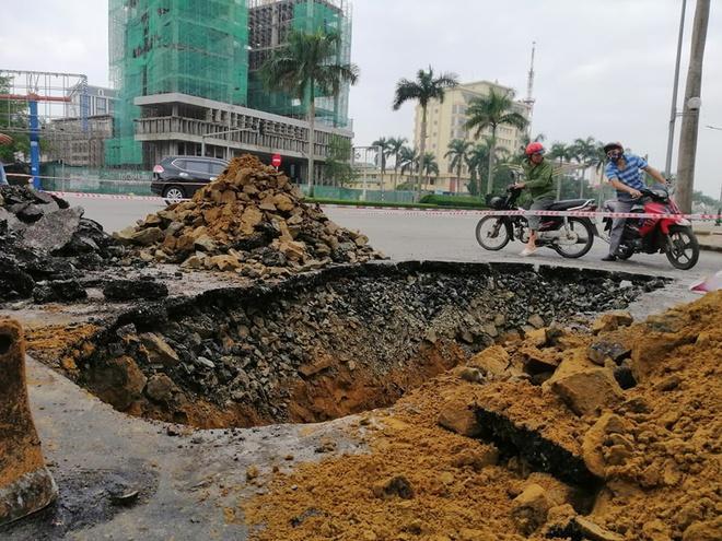 Mặt hố lớn ở đường đại lộ Lê Nin giao với Duy Tân, TP Vinh, Nghệ An.