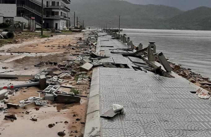 Vỉa hè ở thị trấn Lăng Cô hư hỏng trong bão.