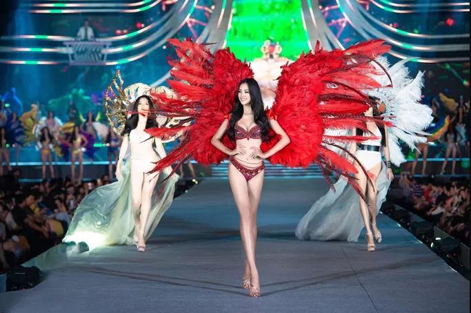Hoa hậu Trần Tiều Vy đeo cánh thiên thần như trình diễn show Victorias Secret