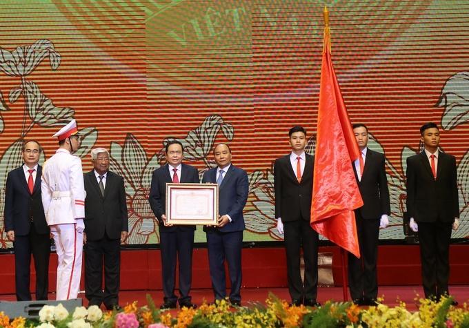 Thủ tướng Nguyễn Xuân Phúc trao tặng Huân chương Hồ Chí Minh cho Mặt trận Tổ quốc Việt Nam.