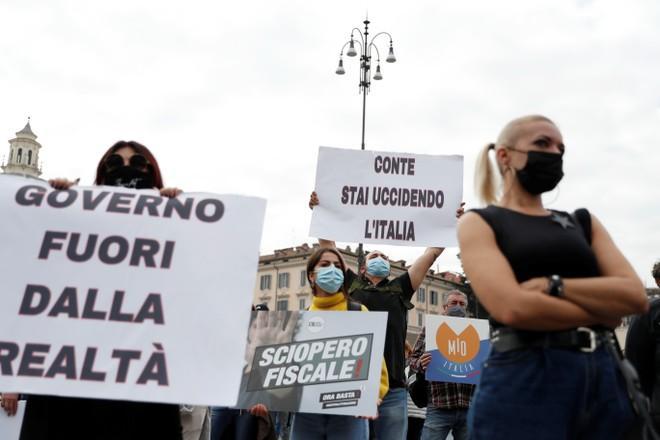 Nhiều chủ nhà hàng, quán bar ở Rome (Ý) tuần hành phản đối quy định buộc họ đóng cửa quán trước 18 giờ mỗi ngày.
