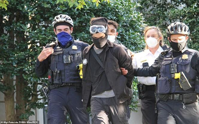 Một số người đã bị bắt giữ. Ảnh: REX
