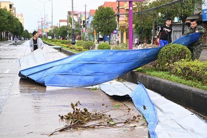 Người dân TP Đồng Hới dọn dẹp trên đường phố.
