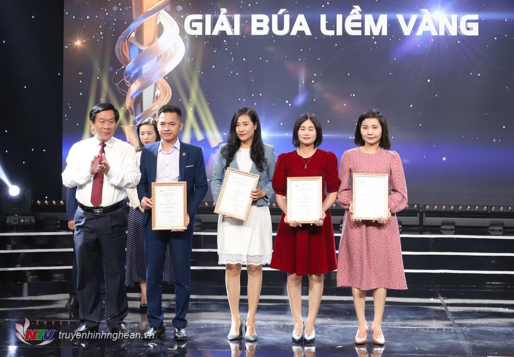 Trưởng ban Tổ chức Tỉnh uỷ Lê Đức Cường trao giải Búa liềm vàng cho các tác giả, nhóm tác giả đạt giải.