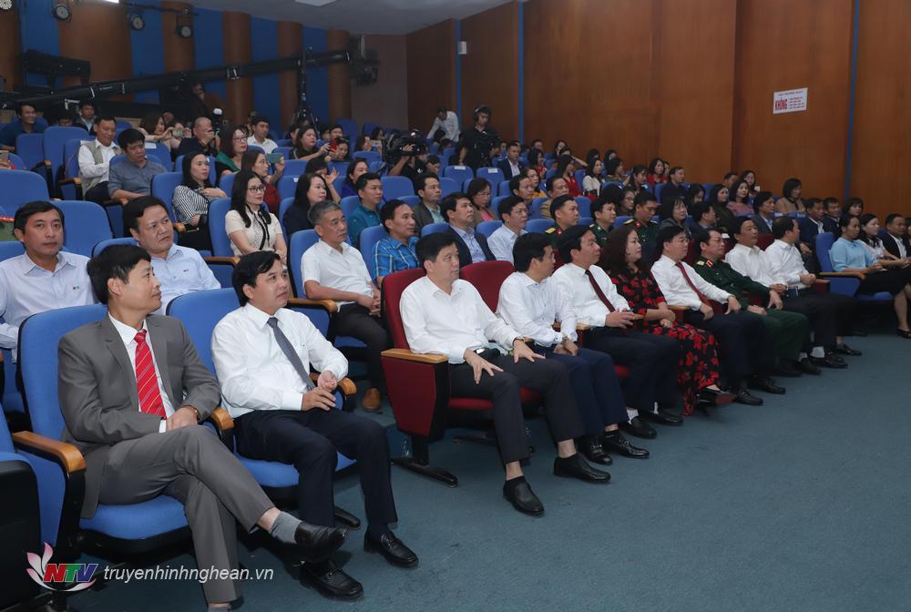 Các đại biểu dự lễ bế mạc và trao giải.