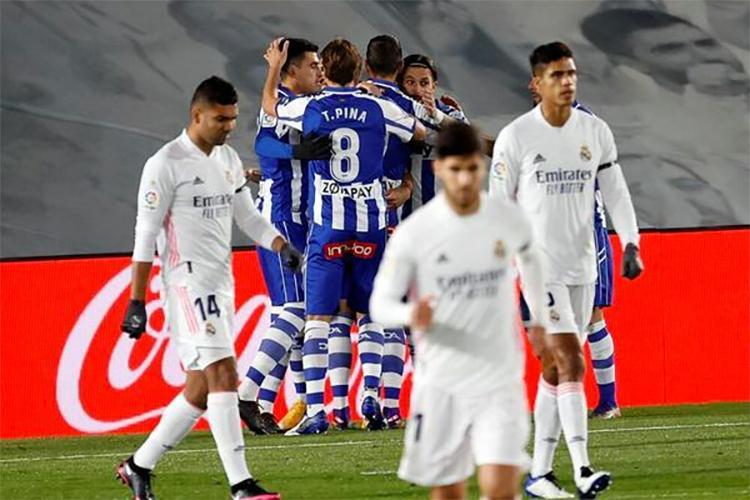 Vắng thủ lĩnh Sergio Ramos và tiền đạo số một Benzema, Real chỉ còn là bóng mờ của chính họ khi thất thủ trước Alaves. Ảnh: EFE