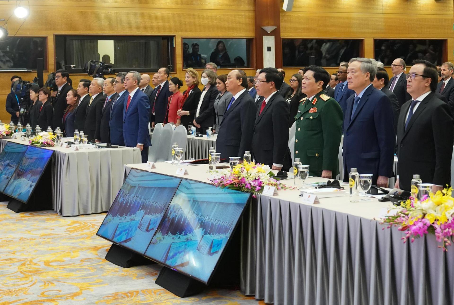 Các đại biểu dự lễ bế mạc Hội nghị Cấp cao ASEAN lần thứ 37 tại đầu cầu Hà Nội.