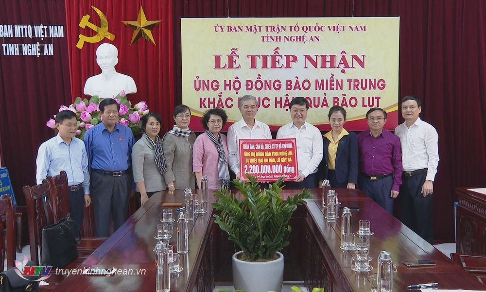 Đoàn công tác trao tiền ủng hộ Nghệ An khắc phục hậu quả mưa lũ.