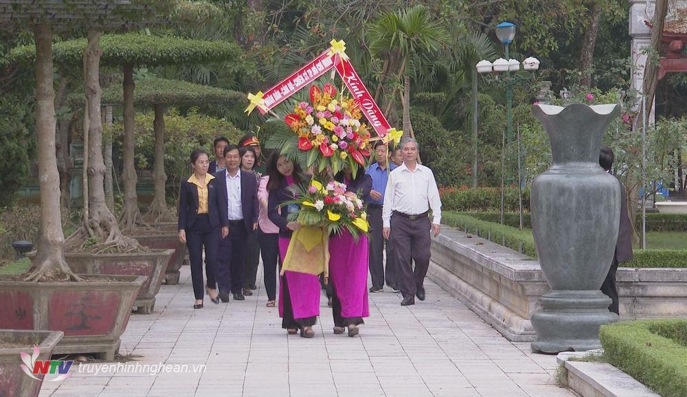 Đoàn công tác về dâng hoa, dâng hương Chủ tịch Hồ Chí Minh tại Khu di tích Kim Liên, Nam Đàn.