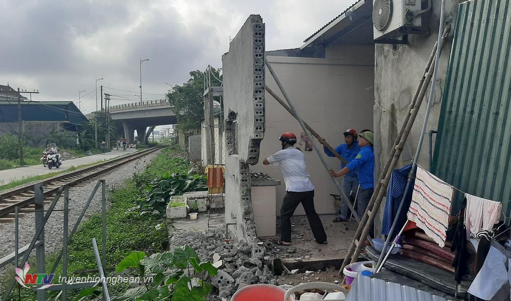 Lực lượng chức năng phá dỡ ki ốt xây dựng trái phép trên hành lang an toàn giao thông đường sắt.