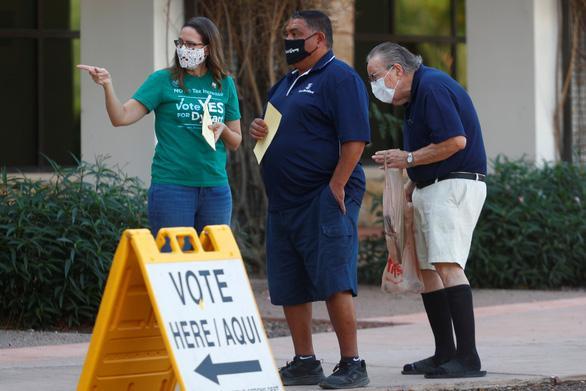Cử tri bang Arizona đi bỏ phiếu ngày 3/11. Ảnh: REUTERS