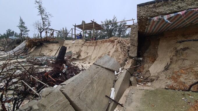 Sạt lở bờ biển xã Gio Hải, Gio Linh, Quảng Trị sau bão Vamco.