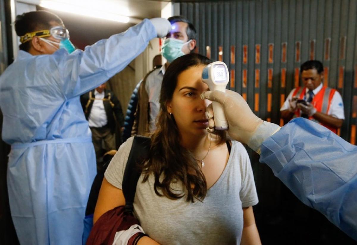 Sân bay quốc tế tại Peru kiểm tra thân nhiệt hành khách trên chuyến bay đến từ Tây Ban Nha ngày 12/3. Ảnh: AFP.