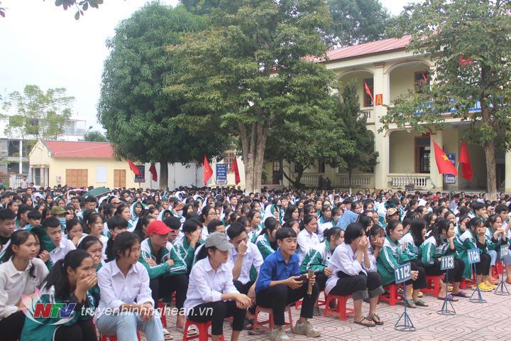Hơn 1.300 học sinh hào hứng theo dõi hội thi.