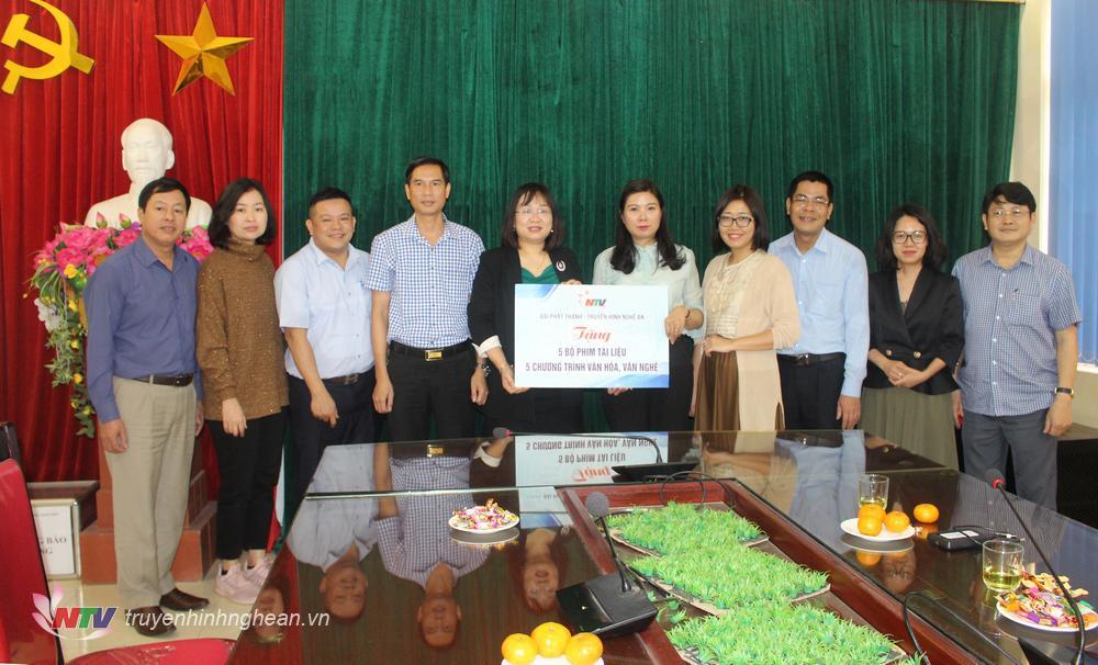 Đài PTTH Nghệ An trao tặng Đài PTTH Lào Cai 5 bộ phim tài liệu, 5 chương trình văn hóa, văn nghệ.