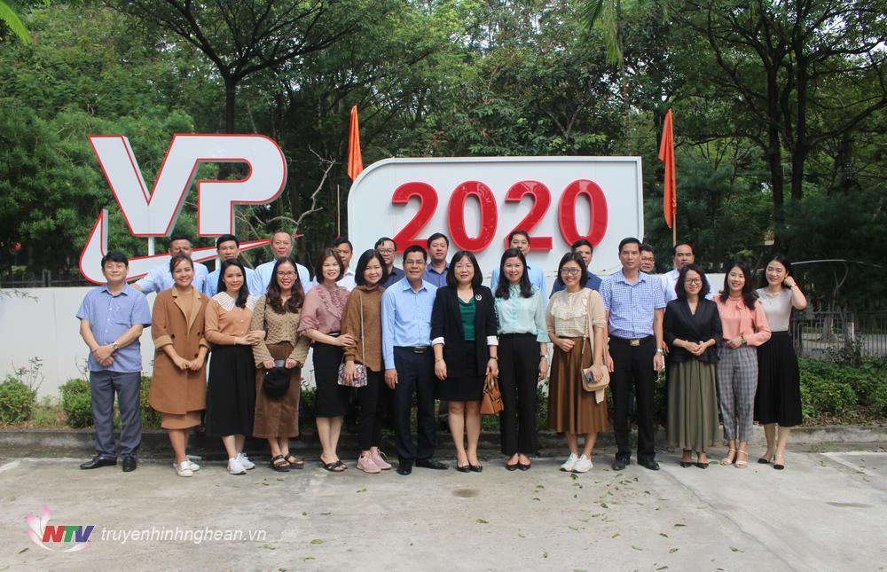 Đoàn công tác của Đài PTTH Nghệ An chụp ảnh lưu niệm với cán bộ, phóng viên Đài PTTH