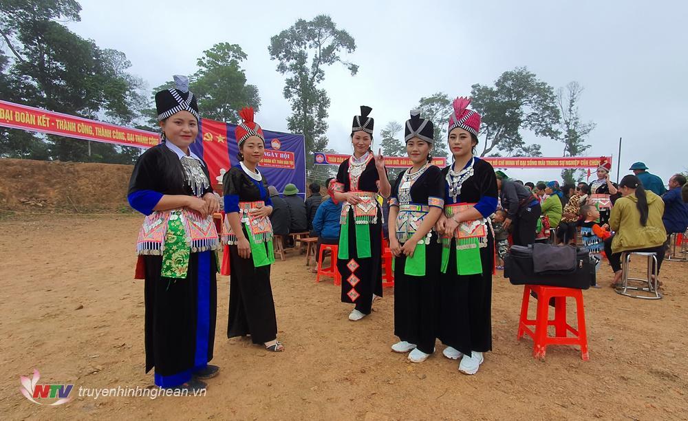 Những cô gái HMông đi trẩy hội với những bộ trang phục bản sắc dân tộc