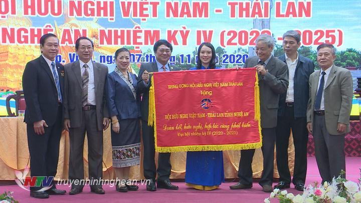 Trung ương Hội hữu nghị Việt Nam - Thái Lan tặng bức trướng cho Hội hữu nghị Việt Nam - Thái Lan tỉnh Nghệ An.