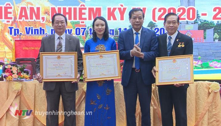 UBND tỉnh tặng Bằng khen cho tập thể và cá nhân của Hội hữu nghị Việt Nam - Thái Lan tỉnh Nghệ An.