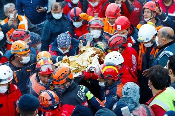 Nhóm cứu hộ đang đưa em bé 3 tuổi Elif Perincek ra khỏi khu vực đổ nát của tòa căn hộ - Ảnh: AA