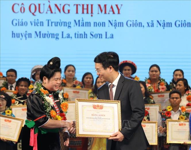 Trưởng Ban Tuyên giáo Trung ương Võ Văn Thưởng trao bằng khen tặng các thầy cô giáo được tuyên dương.