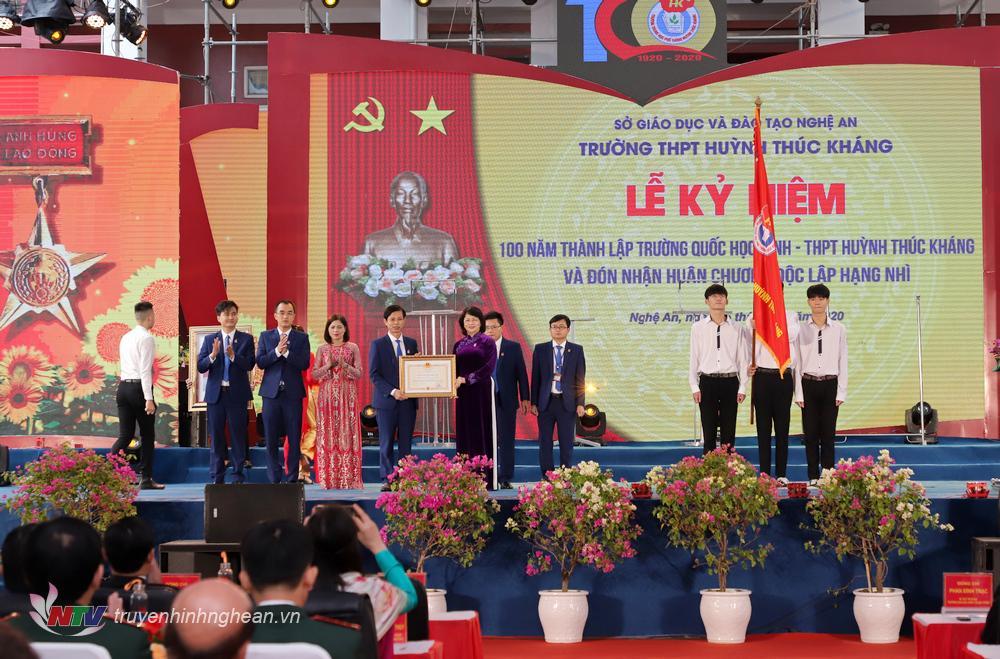 Đồng chí Đặng Thị Ngọc Thịnh - Uỷ viên BCHTW Đảng, Phó Chủ tịch nước CHXHCN Việt Nam trao Huân chương Độc lập hạng Nhì cho nhà trường.