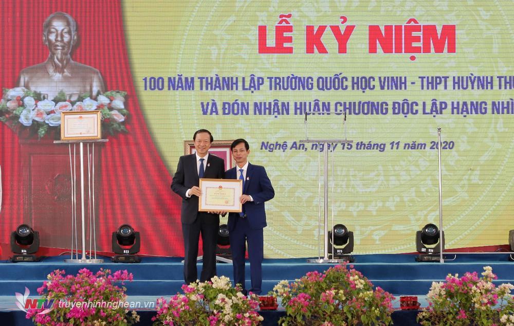 ồng chí Nguyễn Ngọc Thưởng, Thứ trưởng Bộ Giáo dục và Đào tạo lên trao Bằng khen cho tập thể Nhà trường