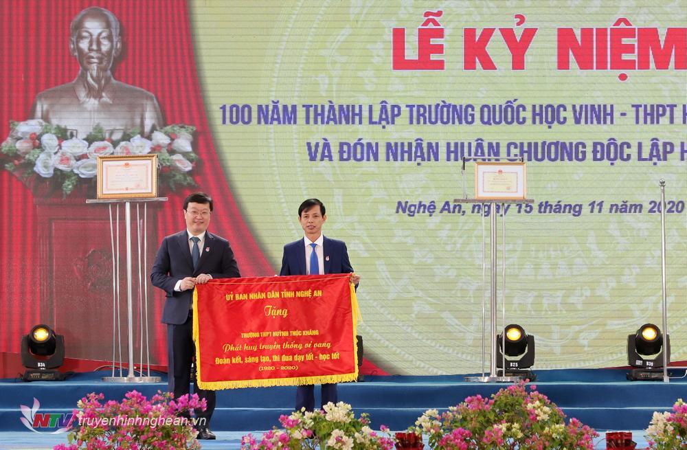 Chủ tịch UBND tỉnh Nguyễn Đức Trung trao tặng bức trướng với dòng chữ: Phát huy truyền thống vẻ vang - Đoàn kết, sáng tạo, thi đua dạy tốt - học tốt.