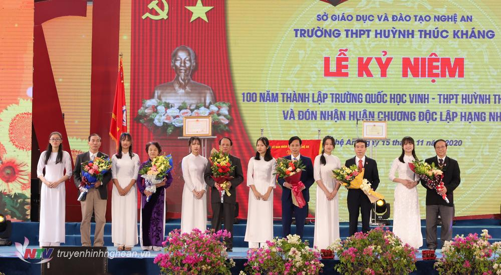 Học trò tặng hoa tri ân các thầy hiệu trưởng, các nhà giáo ưu tú của nhà trường