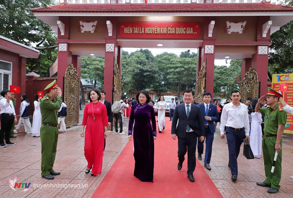 Phó Chủ tịch nước Đặng Thị Ngọc Thịnh đến dự lễ kỷ niệm 100 năm ngày thành lập Trường THPT Huỳnh Thúc Kháng.