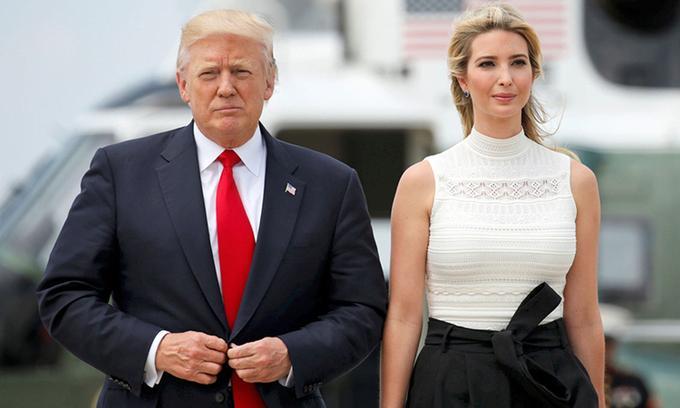 Ivanka Trump (phải) cùng Tổng thống Donald Trump rời Căn cứ chung Andrews ở Maryland hồi năm 2017. Ảnh: Reuters.