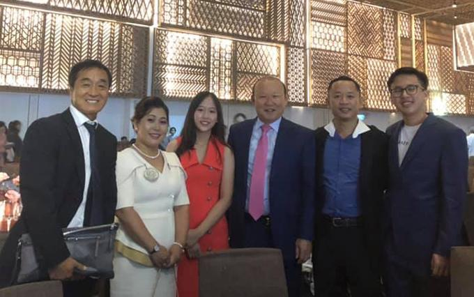 Trợ lý Huy Khoa cùng gia đình chụp ảnh với HLV Park và trợ lý Lee Young-jin tại tiệc cưới Công Phượng.