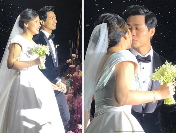 Công Phượng tay trong tay cùng bà xã bước lên sân khấu và trao nhau nụ hôn ngọt ngào trong tiệc cưới tối 16/11.