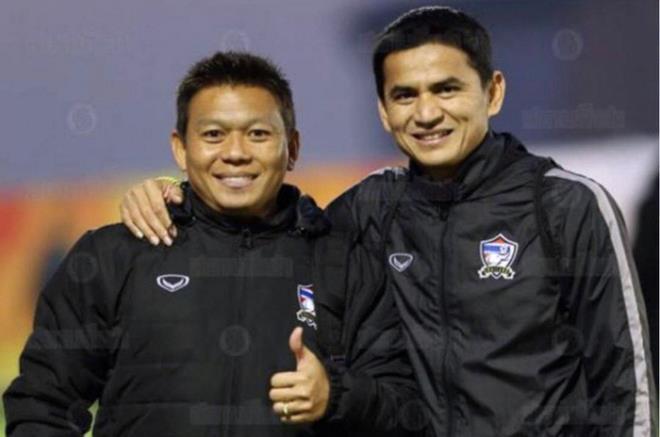 Trợ lý Abhisit Khai Kaew và HLV Kiatisak khi còn làm việc ở ĐT Thái Lan.
