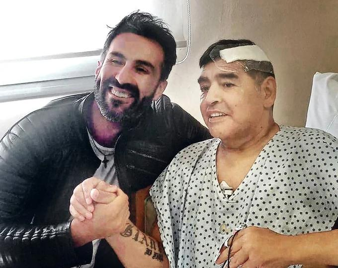 Maradona và bác sĩ Luque trong bức ảnh cuối cùng chụp ông. Ảnh: Twitter.