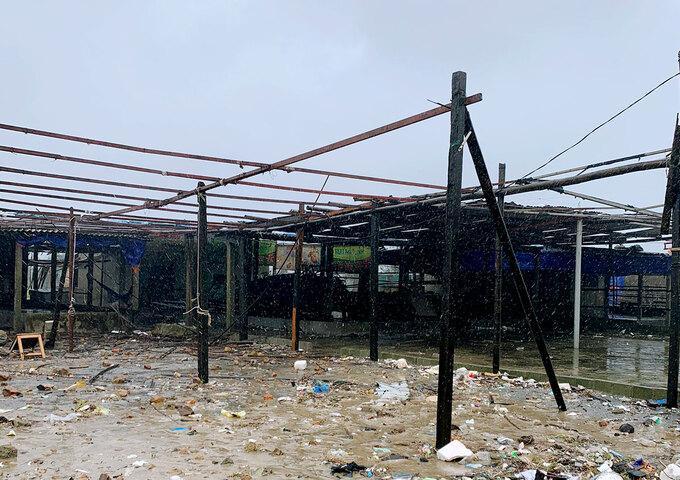 Nhiều quầy hàng bán hải sản tại xã Kỳ Ninh, thị xã Kỳ Anh chủ động tháo mái che để tránh thiệt hại.